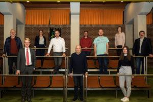 Auf dem Bild sind die 7 Ratsmitglieder SPD Fraktion in Salzkotten mit den 3 Sachkundigen Büger*innen auf der Tribüne im Ratssaal abgebildet.