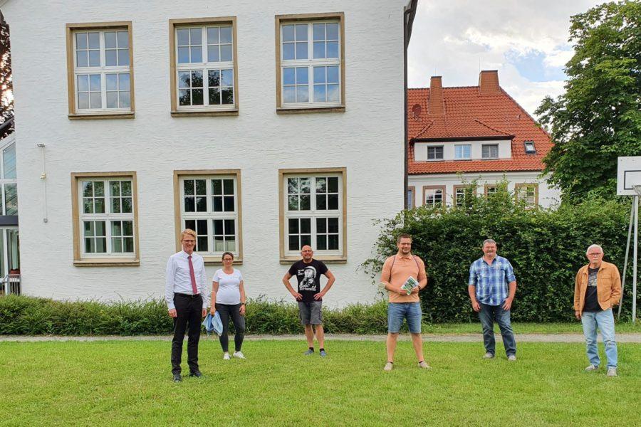 Mitglieder der SPD Fraktion Salzkotten vor der Jugendbegegnungsstätte