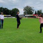 NRW SPD Generalsekretärin Nadja Lüders wirft Landtagskandidat Michael Sprink einen Fußball zu